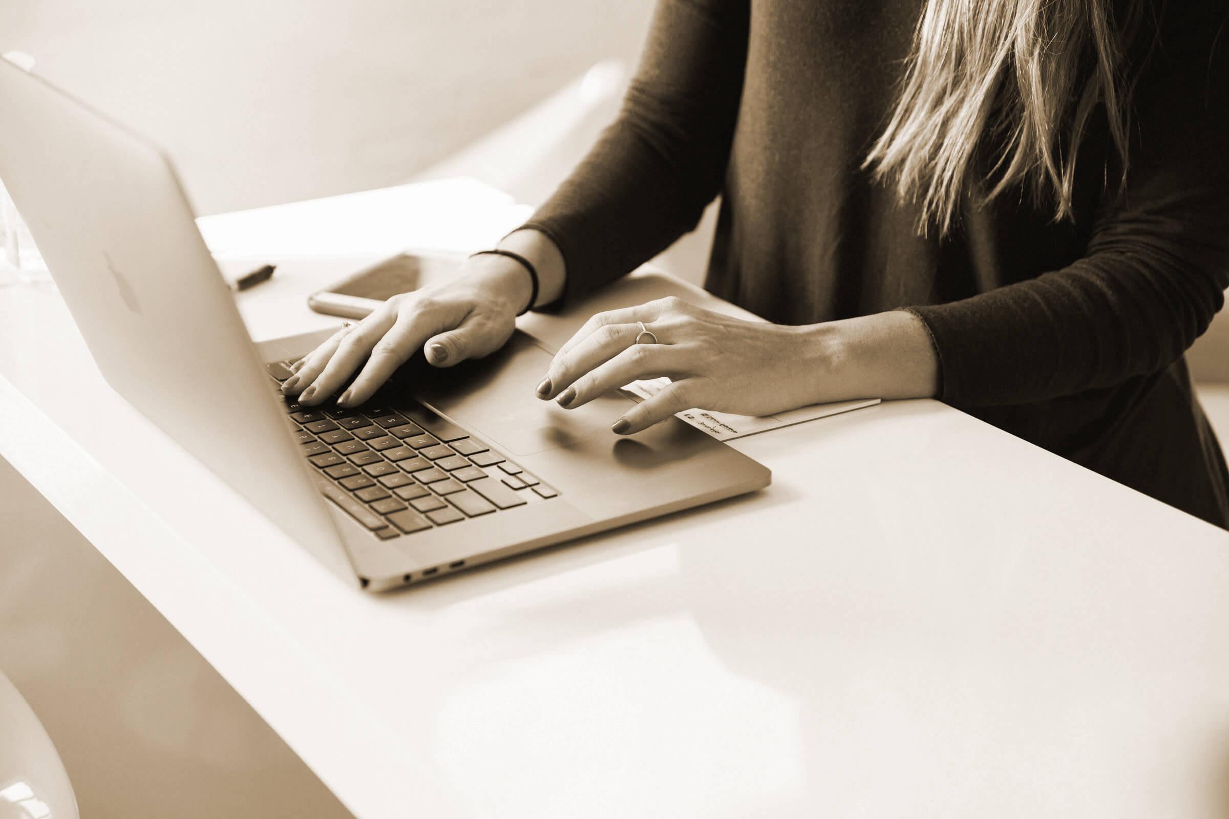 Pourquoi travailler avec une rédactrice web freelance ?